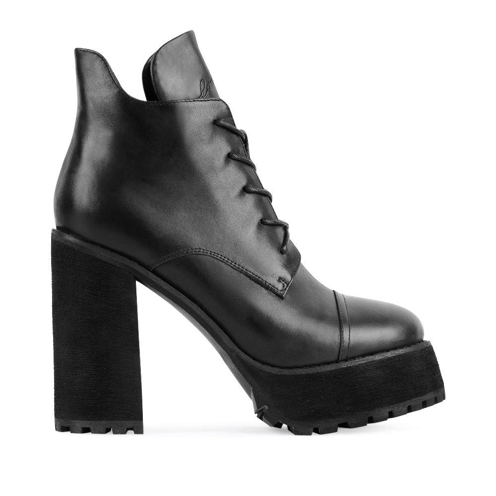 Ботильоны из кожи черного цвета на высоком каблукеПолусапоги<br><br>Материал верха: Кожа<br>Материал подкладки: Кожа<br>Материал подошвы: Полиуретан<br>Цвет: Черный<br>Высота каблука: 13 см<br>Дизайн: Италия<br>Страна производства: Китай<br><br>Высота каблука: 13 см<br>Материал верха: Кожа<br>Материал подкладки: Кожа<br>Цвет: Черный<br>Пол: Женский<br>Размер обуви: 40