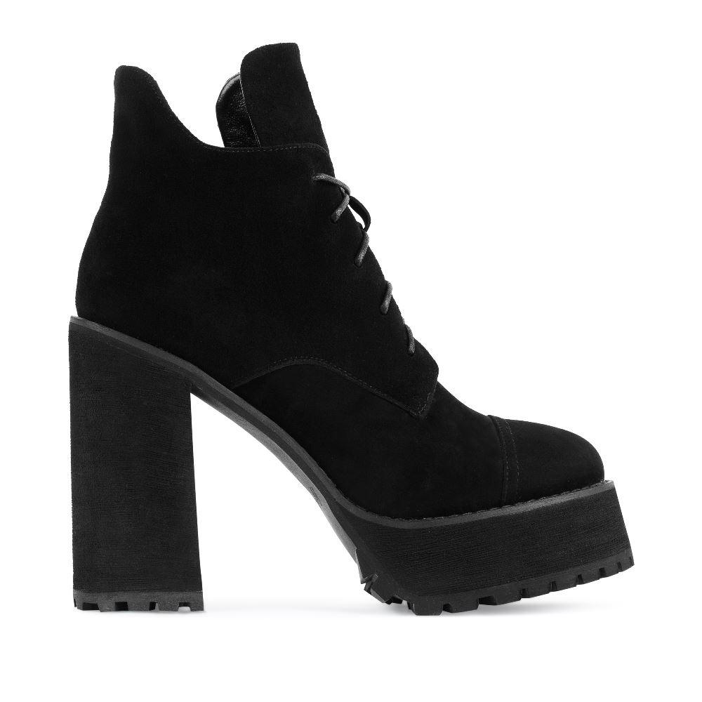 Ботильоны из замши черного цвета на высоком каблукеПолусапоги<br><br>Материал верха: Замша<br>Материал подкладки: Кожа<br>Материал подошвы: Полиуретан<br>Цвет: Черный<br>Высота каблука: 13 см<br>Дизайн: Италия<br>Страна производства: Китай<br><br>Высота каблука: 13 см<br>Материал верха: Замша<br>Материал подкладки: Кожа<br>Цвет: Черный<br>Пол: Женский<br>Размер обуви: 40