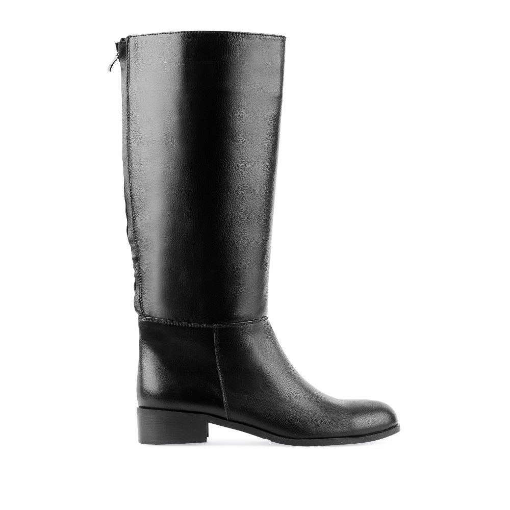 Кожаные сапоги на среднем каблуке чёрного цветаСапоги женские<br><br>Материал верха: Кожа<br>Материал подкладки: Текстиль<br>Материал подошвы: Полиуретан<br>Цвет: Черный<br>Высота каблука: 3см<br>Дизайн: Италия<br>Страна производства: Китай<br><br>Высота каблука: 3 см<br>Материал верха: Кожа<br>Материал подошвы: Полиуретан<br>Материал подкладки: Текстиль<br>Цвет: Черный<br>Вес кг: 1.00000000<br>Размер обуви: 40