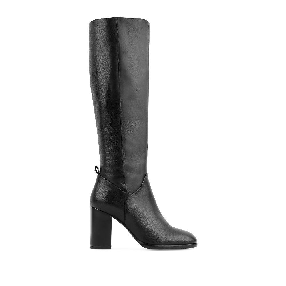 Сапоги из кожи черного цвета на высоком устойчивом каблуке