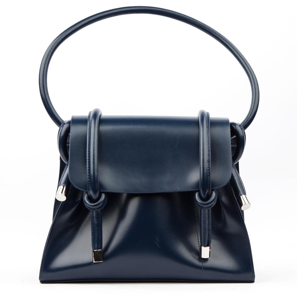 Кожаная сумка темно-синего цвета на плечоСумка <br><br><br>Материал верха: Кожа<br><br>Материал подкладки: Кожа<br><br>Цвет: Синий<br><br>Дизайн: Италия<br><br>Страна производства: Китай<br><br>Материал верха: Кожа<br>Материал подкладки: Кожа<br>Цвет: Синий<br>Вес кг: 1.00000000<br>Размер: Без размера