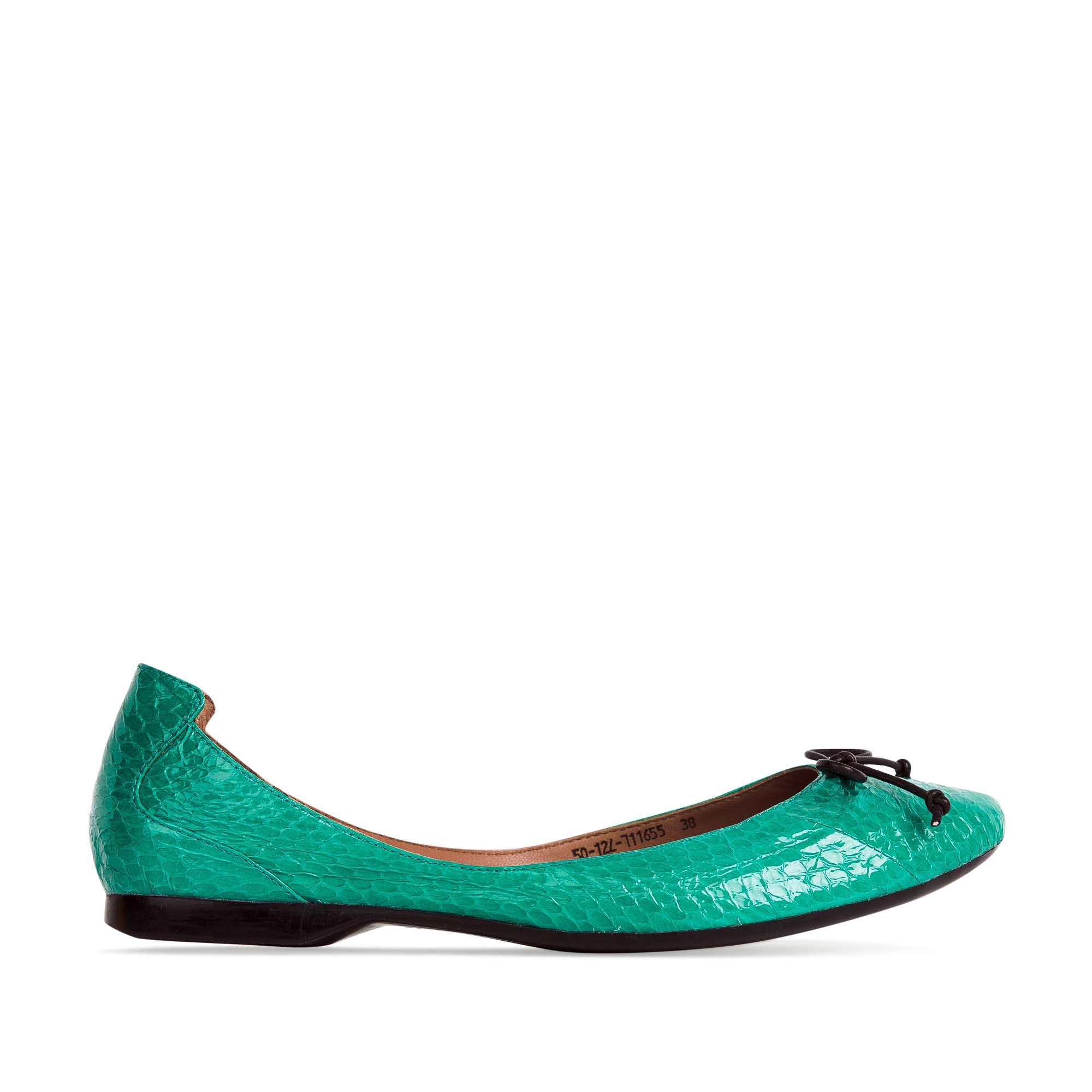 Балетки из кожи змеи бирюзового цвета с декоративным бантомБалетки женские<br><br>Материал верха: Кожа змеи<br>Материал подкладки: Кожа<br>Материал подошвы: Резина<br>Цвет: Зеленый<br>Высота каблука: 1см<br>Дизайн: Италия<br>Страна производства: Китай<br><br>Высота каблука: 1 см<br>Материал верха: Кожа змеи<br>Материал подошвы: Резина<br>Материал подкладки: Кожа<br>Цвет: Зеленый<br>Вес кг: 0.26000000<br>Размер: 35