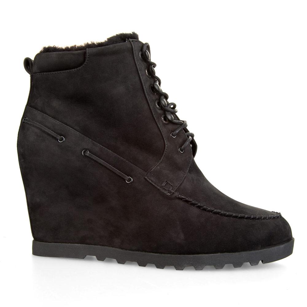 Ботинки из нубука черного цвета со шнуровкой на танкетке