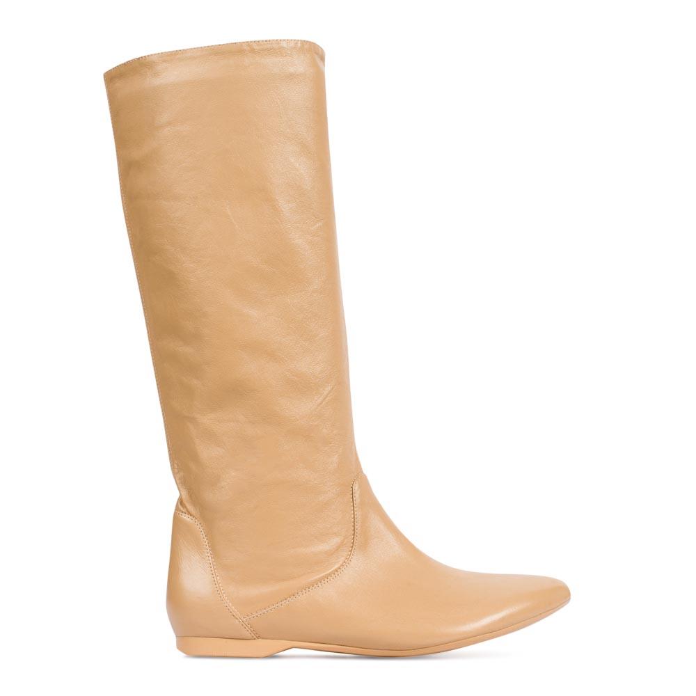 Сапоги из кожи кремового цвета без каблукаСапоги женские<br><br>Материал верха: Кожа<br>Материал подкладки: Кожа<br>Материал подошвы: Полиуретан<br>Цвет: Бежевый<br>Высота каблука: 0 см<br>Дизайн: Италия<br>Страна производства: Китай<br><br>Высота каблука: 0 см<br>Материал верха: Кожа<br>Цвет: Бежевый<br>Пол: Женский<br>Вес кг: 1.64<br>Размер обуви: 35