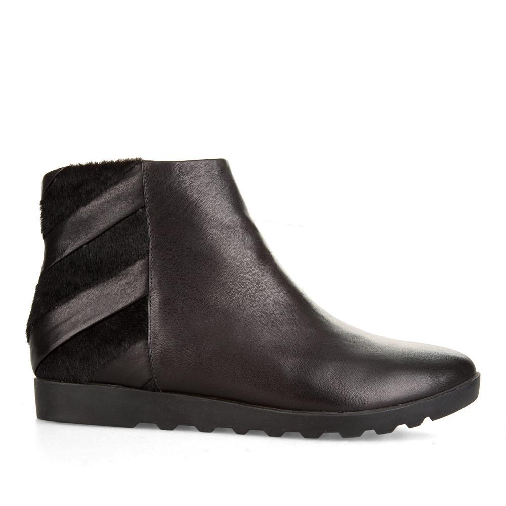 Ботинки из кожи черного цвета с меховыми вставками