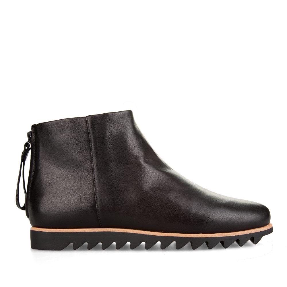 Ботинки из кожи черного цвета с мехом на массивной подошве