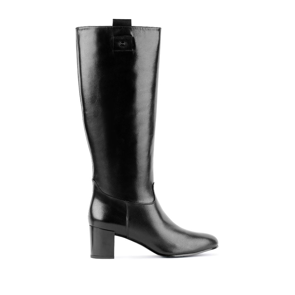 Кожаные сапоги чёрного цвета на среднем каблукеСапоги женские<br><br>Материал верха: Кожа<br>Материал подкладки: Текстиль<br>Материал подошвы: Кожа<br>Цвет: Черный<br>Высота каблука: 6см<br>Дизайн: Италия<br>Страна производства: Португалия<br><br>Высота каблука: 6 см<br>Материал верха: Кожа<br>Материал подошвы: Кожа<br>Материал подкладки: Текстиль<br>Цвет: Черный<br>Вес кг: 1.00000000<br>Размер: 40