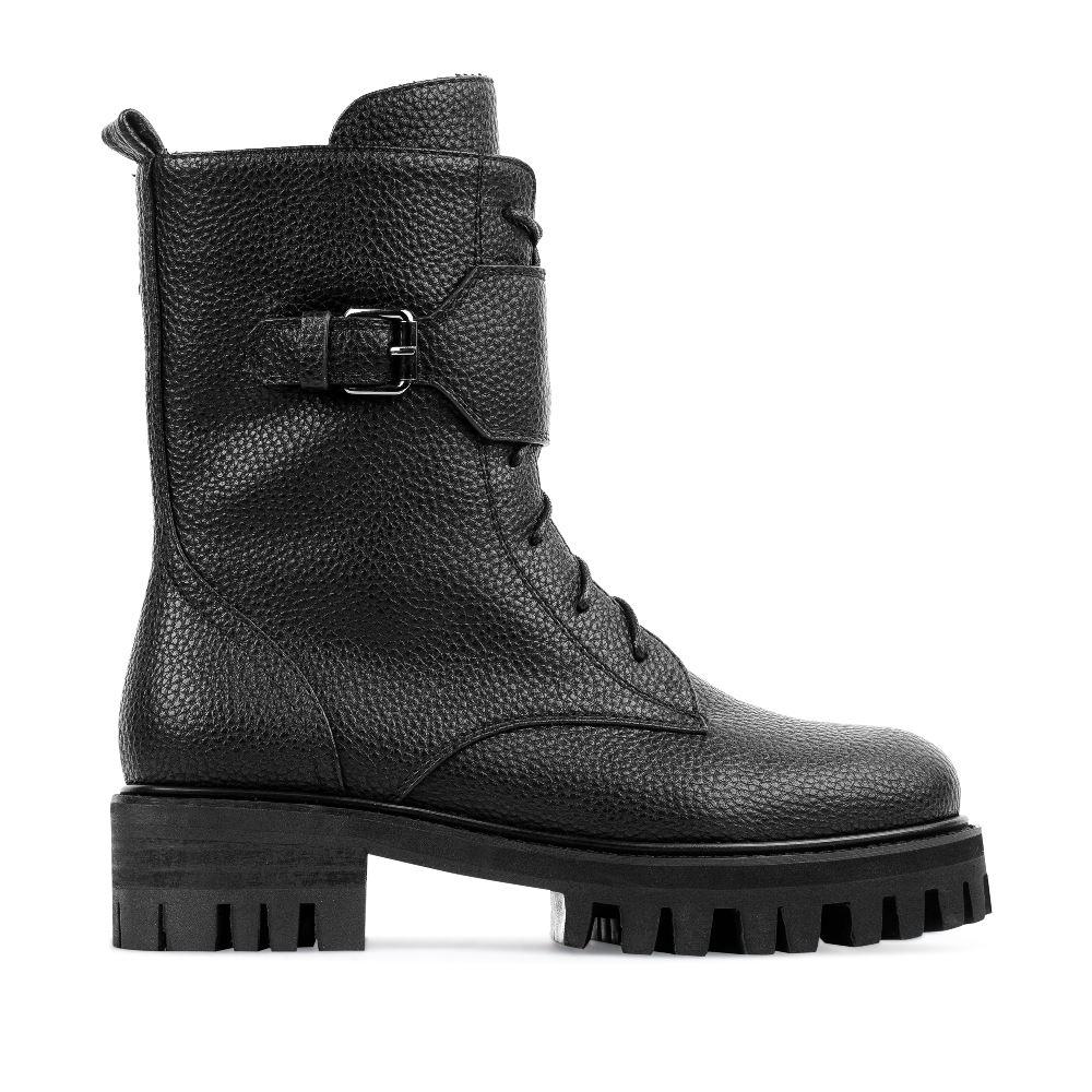 Высокие ботинки из кожи черного цвета на протекторной подошвеПолусапоги<br><br>Материал верха: Кожа<br>Материал подкладки: Текстиль<br>Материал подошвы: Полиуретан<br>Цвет: Черный<br>Высота каблука: 4 см<br>Дизайн: Италия<br>Страна производства: Китай<br><br>Высота каблука: 4 см<br>Материал верха: Кожа<br>Материал подкладки: Текстиль<br>Цвет: Черный<br>Пол: Женский<br>Вес кг: 1000.00000000<br>Выберите размер обуви: 39