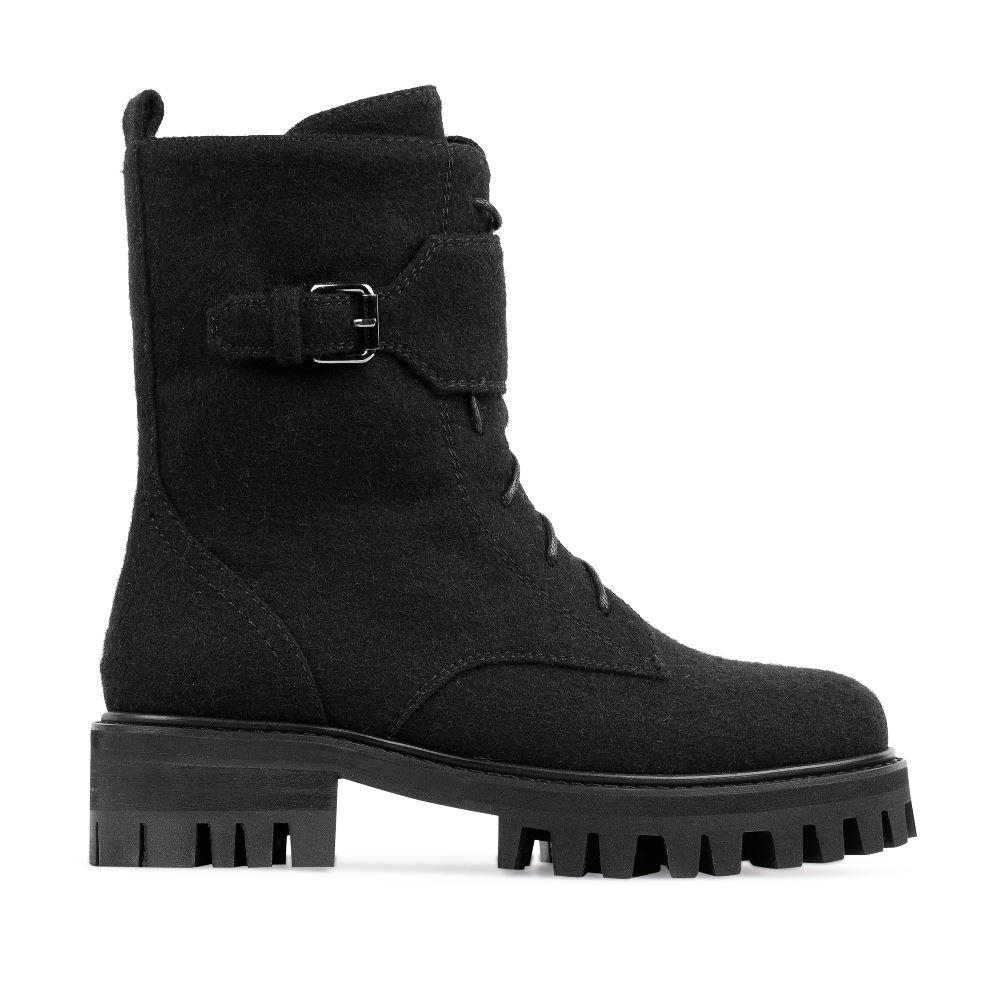 Высокие ботинки из шерсти черного цвета на протекторной подошве
