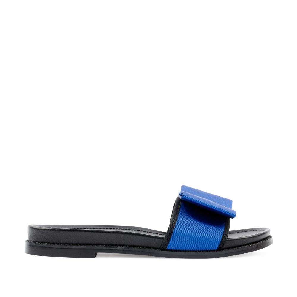Сланцы из текстиля синего цвета с бантомСандалии<br><br>Материал верха: Текстиль<br>Материал подкладки: Текстиль<br>Материал подошвы: Резина<br>Цвет: Синий<br>Высота каблука: 1 см<br>Дизайн: Италия<br>Страна производства: Китай<br><br>Высота каблука: 1 см<br>Материал верха: Текстиль<br>Материал подкладки: Текстиль<br>Цвет: Синий<br>Пол: Женский<br>Вес кг: 460.00000000<br>Размер: 35