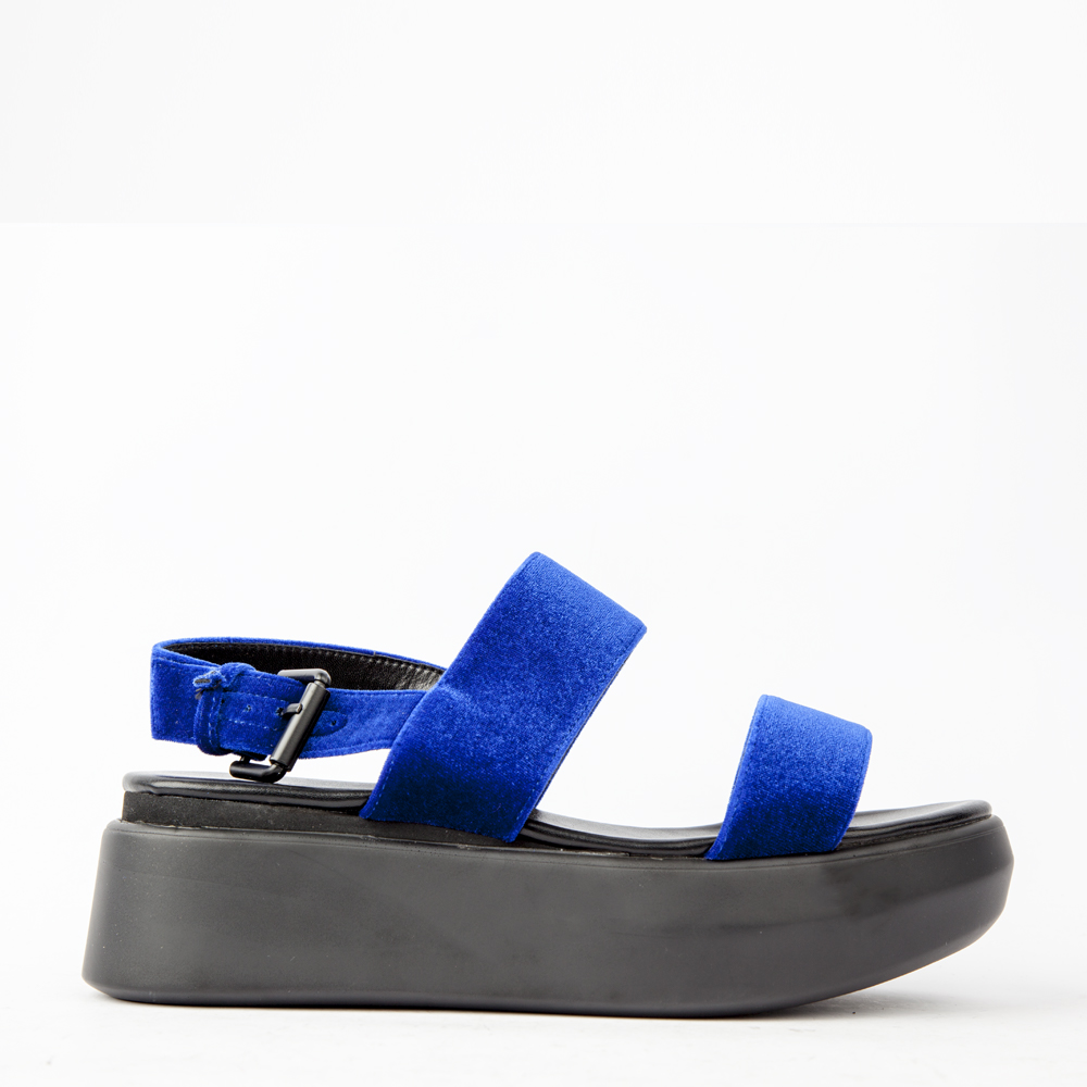Сандалии синего цвета из бархата на высокой подошвеСандалии<br><br>Сандалии из бархата на высокой подошве CORSOCOMOсинего цвета станут незаменимой парой в отпуске этим летом. На осмотр достопримечательностей надевайте их с кюлотами и простой майкой, а на вечеринку у моря - с нарядным платьем. Купить бархатные сандалии в интернет-магазине CORSOCOMO можно с доставкой по всей России.<br><br><br>Материал верха: Бархат<br>Материал подкладки: Текстиль<br>Материал подошвы: Полиуретан<br>Цвет: Синий<br>Высота каблука: 5 см<br>Дизайн: Италия<br>Страна производства: Китай<br><br>Высота каблука: 5 см<br>Материал верха: Бархат<br>Материал подкладки: Текстиль<br>Цвет: Синий<br>Пол: Женский<br>Размер: 39