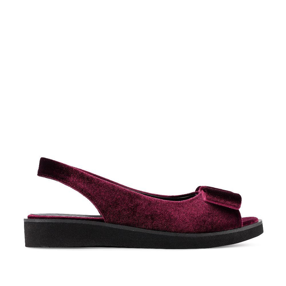 Сандалии из бархата винного цвета с бантомСандалии<br><br>Бархатные сандалии оттенка бургундиCORSOCOMO - незаменимая пара этим летом. Бордовые бархатные сандалии сочетайте с любыми оттенками - от черного до красивого изумрудного. Купить сандалии из бархата в интернет-магазине CORSOCOMO можно с доставкой по всей России.<br><br><br>Материал верха: Бархат<br>Материал подкладки: Текстиль<br>Материал подошвы: Полиуретан<br>Цвет: Бордовый<br>Высота каблука: 3 см<br>Дизайн: Италия<br>Страна производства: Китай<br><br>Высота каблука: 3 см<br>Материал верха: Бархат<br>Материал подкладки: Текстиль<br>Цвет: Бордовый<br>Пол: Женский<br>Вес кг: 460.00000000<br>Размер: 38