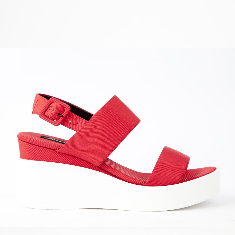 Босоножки из текстиля красного цвета на танкеткеТуфли ремешковые<br><br>Материал верха: Текстиль<br>Материал подкладки: Текстиль<br>Материал подошвы: Полиуретан<br>Цвет: Красный<br>Высота каблука: 8см<br>Дизайн: Италия<br>Страна производства: Китай<br><br>Высота каблука: 8 см<br>Материал верха: Текстиль<br>Материал подкладки: Текстиль<br>Цвет: Красный<br>Пол: Женский<br>Вес кг: 620.00000000<br>Размер: 35