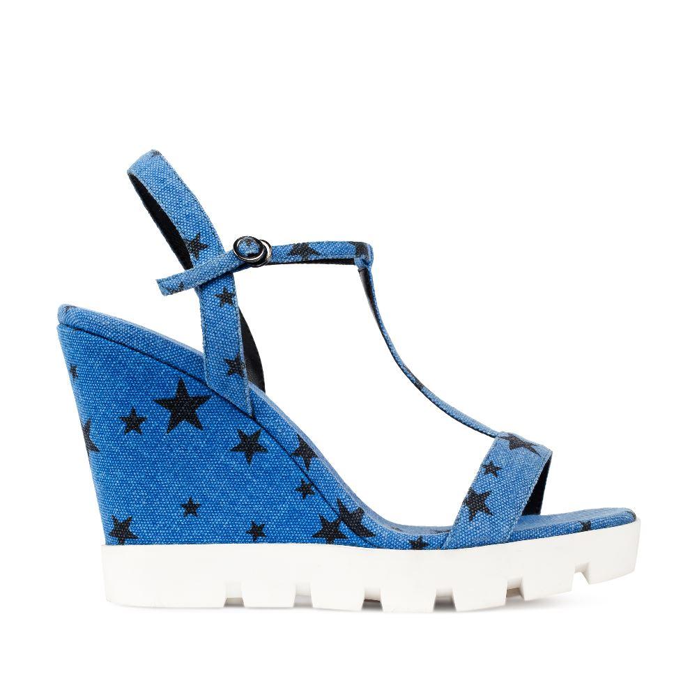 Босоножки на танкетке голубого цвета с принтомТуфли женские<br><br>Собираясь на вечиринку, сделайте акцент на обуви - текстильные босоножки на танкетке голубого цвета с принтом станут лучшим для этого вариантом.Купить джинсовые босоножки в интернет-магазине CORSOCOMO можно с доставкой по всей России.<br><br><br>Материал верха: Деним<br>Материал подкладки: Текстиль<br>Материал подошвы:Полиуретан<br>Цвет: Синий<br>Высота каблука: 11 см<br>Дизайн: Италия<br>Страна производства: Китай<br><br>Высота каблука: 11 см<br>Материал верха: Деним<br>Материал подошвы: Полиуретан<br>Материал подкладки: Текстиль<br>Цвет: Синий<br>Вес кг: 1.00000000<br>Размер обуви: 38**