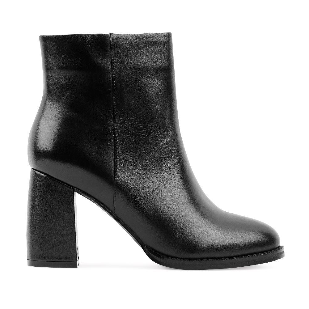 Ботильоны черного цвета из кожи на устойчивом каблукеПолусапоги<br><br>Материал верха: Кожа<br>Материал подкладки: Кожа<br>Материал подошвы: Кожа<br>Цвет: Черный<br>Высота каблука: 8 см<br>Дизайн: Италия<br>Страна производства: Китай<br><br>Высота каблука: 8 см<br>Материал верха: Кожа<br>Материал подкладки: Кожа<br>Цвет: Черный<br>Пол: Женский<br>Размер: 38