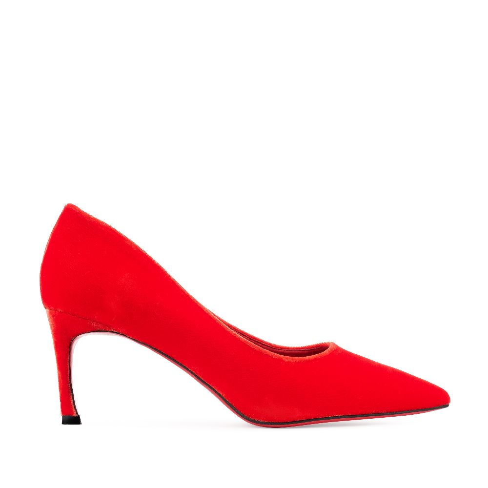 Туфли из бархата красного цвета на среднем каблукеТуфли<br><br>Бархатные туфли kitten heel  новая классика в коллекции CORSOCOMO. Такие отлично подойдут и для делового ужина, и для модной выставки  бархатные туфли алого цвета прекрасно сочетаются с любым образом. Купить бархатные туфли в интернет-магазине CORSOCOMO можно с доставкой по всей России.<br><br><br>Материал верха: Бархат<br>Материал подкладки: Кожа<br>Материал подошвы: Полиуретан<br>Цвет: Красный<br>Высота каблука: 6 см<br>Дизайн: Италия<br>Страна производства: Китай<br><br>Высота каблука: 6 см<br>Материал верха: Бархат<br>Материал подошвы: Полиуретан<br>Материал подкладки: Кожа<br>Цвет: Красный<br>Пол: Женский<br>Размер: 37**