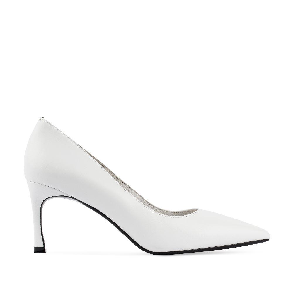 Туфли из кожи белого цвета на среднем каблуке