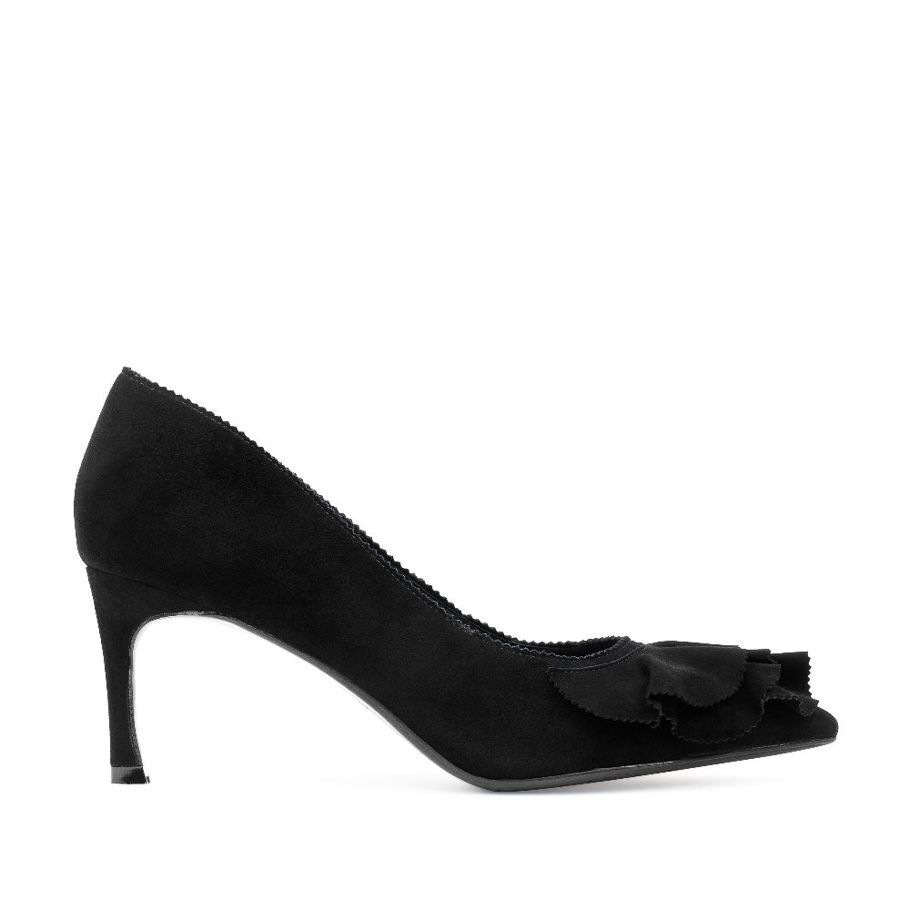 Туфли из замши черного цвета с оборкамиТуфли<br><br>Материал верха: Замша<br>Материал подкладки: Кожа<br>Материал подошвы: Кожа<br>Цвет: Черный<br>Высота каблука: 6см<br>Дизайн: Италия<br>Страна производства: Китай<br><br>Высота каблука: 6 см<br>Материал верха: Замша<br>Материал подкладки: Кожа<br>Цвет: Черный<br>Пол: Женский<br>Размер обуви: 38