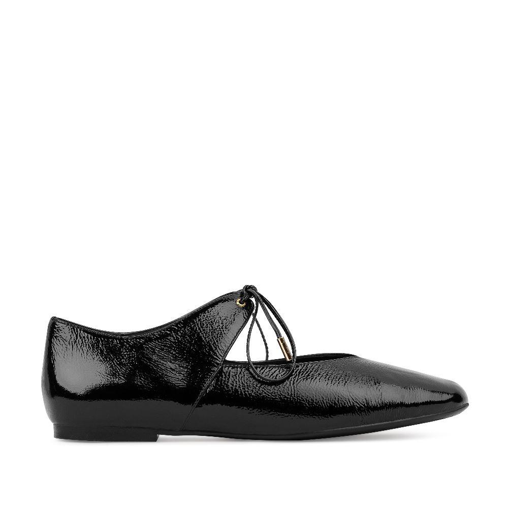 Балетки из лакированной кожи черного цвета на завязкахБалетки<br><br>Материал верха: Лакированная кожа<br>Материал подкладки: Кожа<br>Материал подошвы: Полиуретан<br>Цвет: Черный<br>Высота каблука: 1см<br>Дизайн: Италия<br>Страна производства: Китай<br><br>Высота каблука: 1 см<br>Материал верха: Лакированная кожа<br>Материал подкладки: Кожа<br>Цвет: Черный<br>Пол: Женский<br>Размер: 37