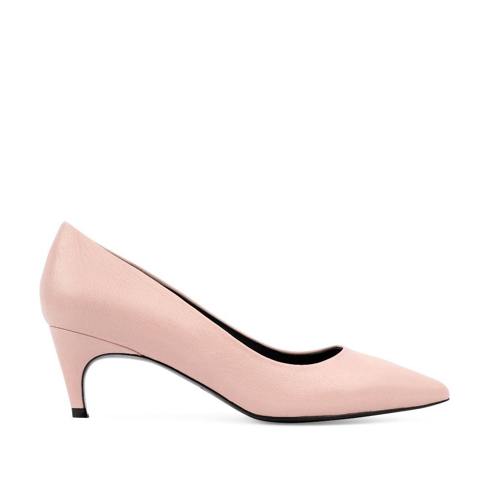 Туфли-лодочки бежевого цвета из кожи на среднем каблуке