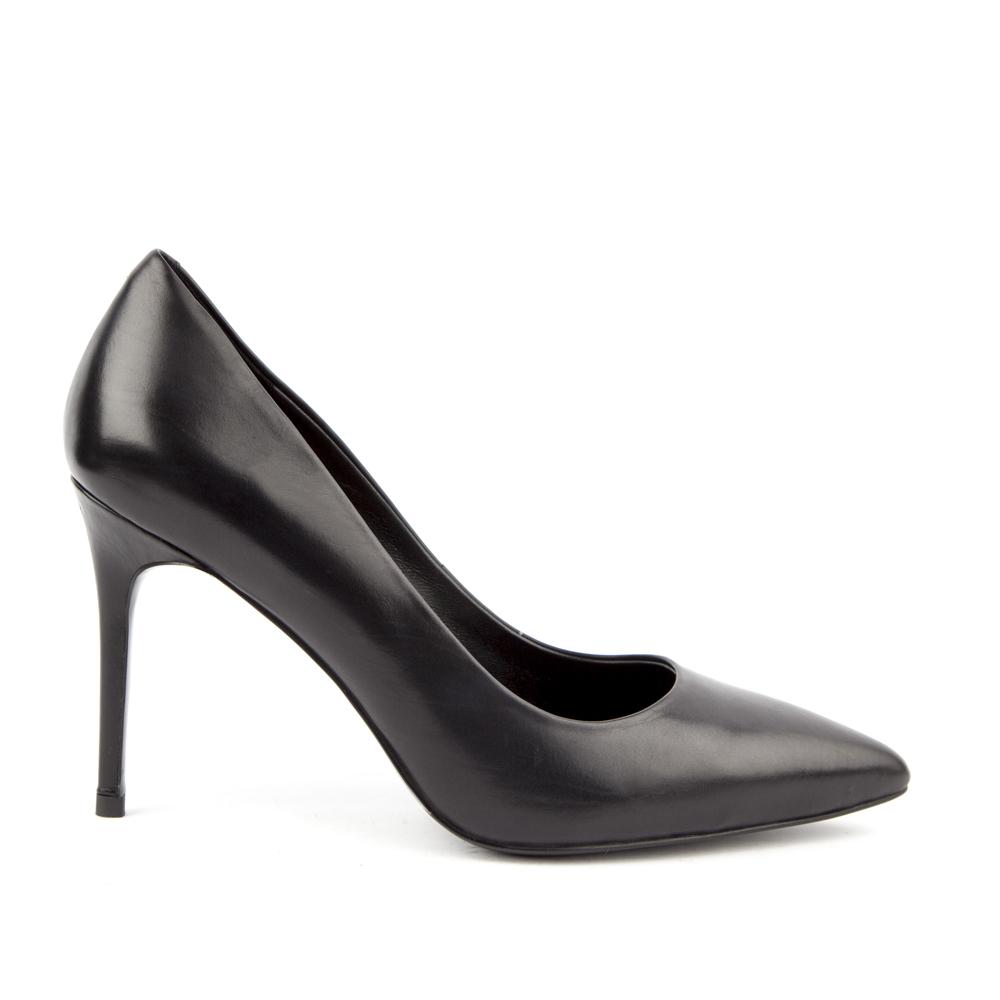 Кожаные туфли-лодочки черного цветаТуфли<br><br>Материал верха: Кожа<br>Материал подкладки: Кожа<br>Материал подошвы: Кожа<br>Цвет: Черный<br>Высота каблука: 11см<br>Дизайн: Италия<br>Страна производства: Китай<br><br>Высота каблука: 11 см<br>Материал верха: Кожа<br>Материал подкладки: Кожа<br>Цвет: Черный<br>Пол: Женский<br>Выберите размер обуви: 37