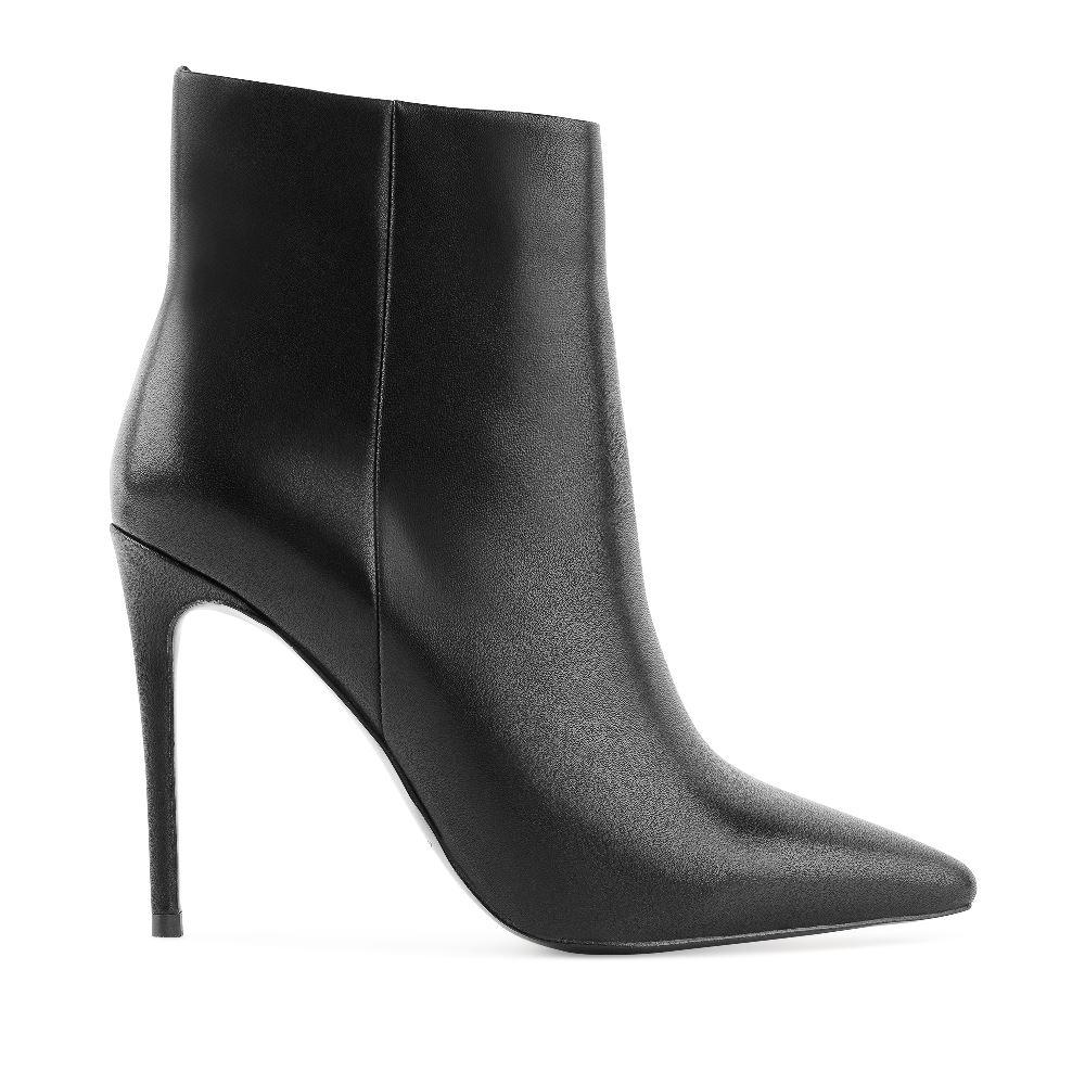 Кожаные ботильоны черного цвета на высоком каблукеБотильоны<br><br>Материал верха: Кожа<br>Материал подкладки: Кожа<br>Материал подошвы: Полиуретан<br>Цвет: Черный<br>Высота каблука: 11 см<br>Дизайн: Италия<br>Страна производства: Китай<br><br>Высота каблука: 11 см<br>Материал верха: Кожа<br>Материал подкладки: Кожа<br>Цвет: Черный<br>Пол: Женский<br>Размер: 35