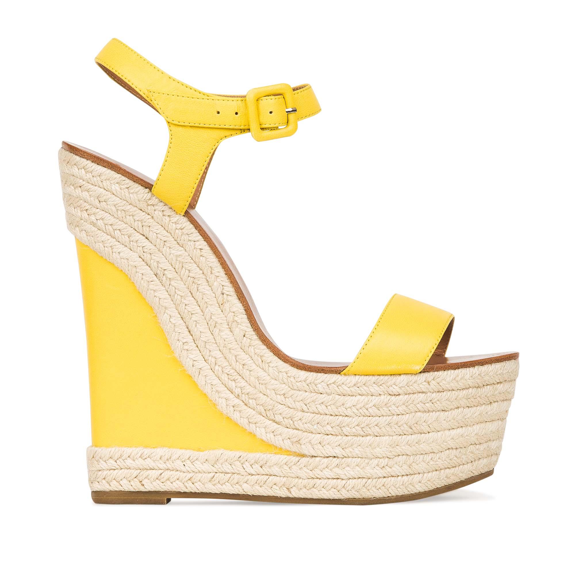 Кожаные босоножки солнечно-желтого цвета на танкетке, декорированной джутомБосоножки женские<br><br>Материал верха: Кожа<br>Материал подкладки: Кожа<br>Материал подошвы: Кожа<br>Цвет: Желтый<br>Высота каблука: 14см<br>Дизайн: Италия<br>Страна производства: Китай<br><br>Высота каблука: 14 см<br>Материал верха: Кожа<br>Материал подошвы: Кожа<br>Материал подкладки: Кожа<br>Цвет: Желтый<br>Вес кг: 0.59200000<br>Размер: 35