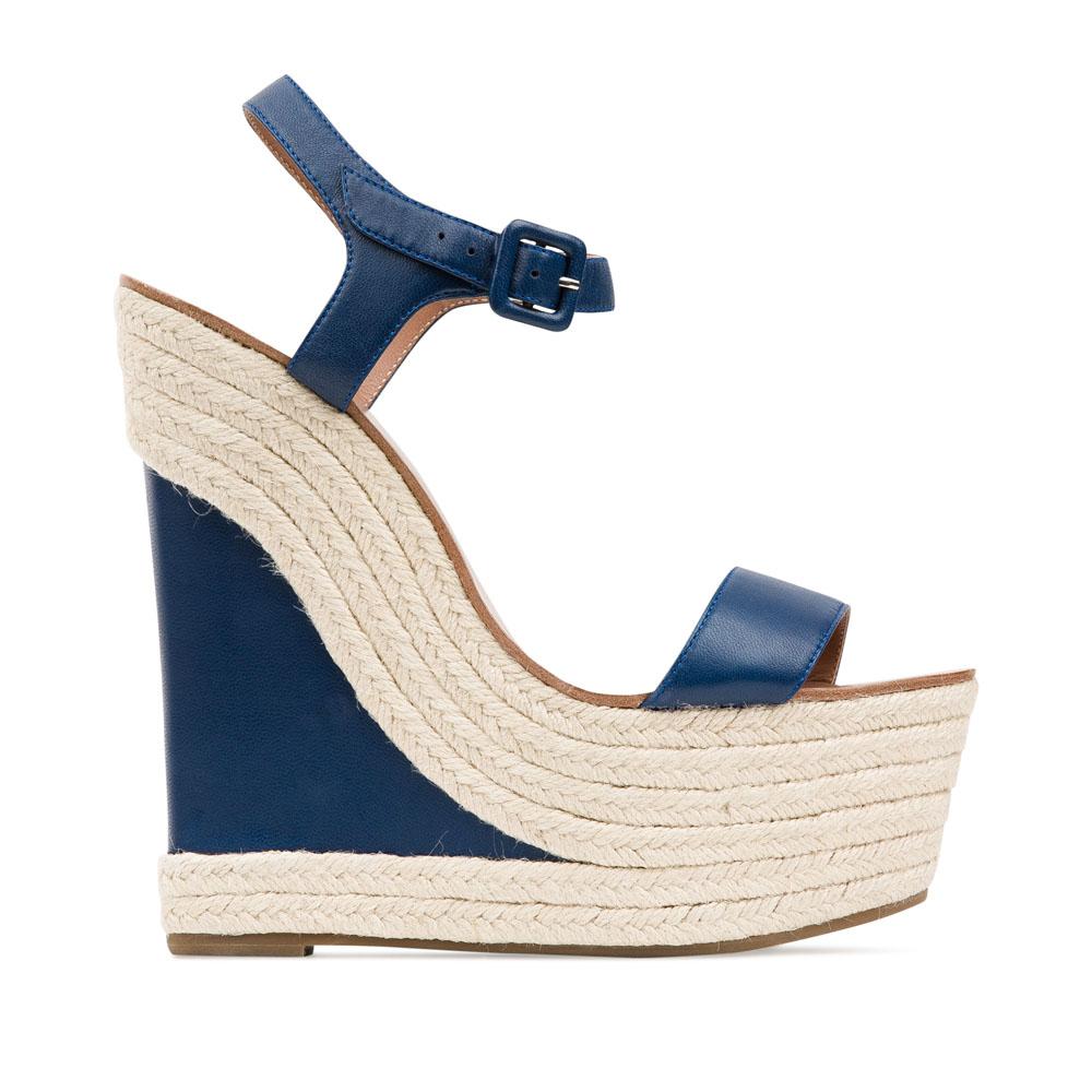 Кожаные босоножки цвета темного моря на танкетке, декорированной джутомБосоножки женские<br><br>Материал верха: Кожа<br>Материал подкладки: Кожа<br>Материал подошвы: Кожа<br>Цвет: Синий<br>Высота каблука: 14см<br>Дизайн: Италия<br>Страна производства: Китай<br><br>Высота каблука: 14 см<br>Материал верха: Кожа<br>Материал подошвы: Кожа<br>Материал подкладки: Кожа<br>Цвет: Синий<br>Вес кг: 0.59200000<br>Размер обуви: 38