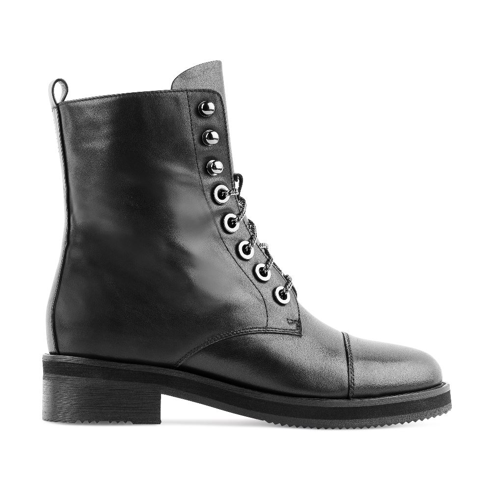 Высокие ботинки на шнуровке черного цвета из кожиБотинки женские<br><br>Материал верха: Кожа<br>Материал подкладки: Текстиль<br>Материал подошвы: Полиуретан<br>Цвет: Черный<br>Высота каблука: 3 см<br>Дизайн: Италия<br>Страна производства: Китай<br><br>Высота каблука: 3 см<br>Материал верха: Кожа<br>Материал подкладки: Текстиль<br>Цвет: Черный<br>Пол: Женский<br>Размер: 38