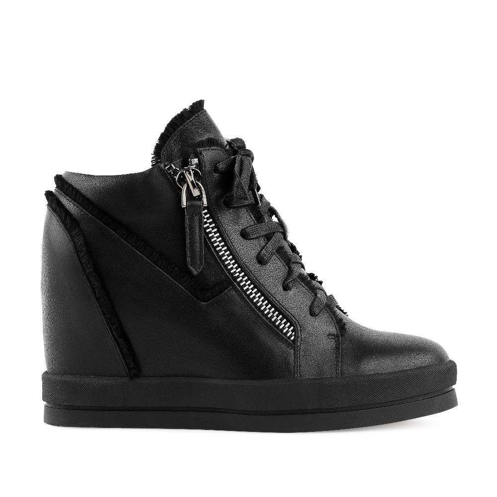 Ботинки из кожи черного цвета на танкеткеБотинки<br><br>Материал верха: Кожа<br>Материал подкладки: Кожа<br>Материал подошвы: Полиуретан<br>Цвет: Черный<br>Высота каблука: 7 см<br>Дизайн: Италия<br>Страна производства: Китай<br><br>Высота каблука: 7 см<br>Материал верха: Кожа<br>Материал подкладки: Кожа<br>Цвет: Черный<br>Пол: Женский<br>Размер: 40