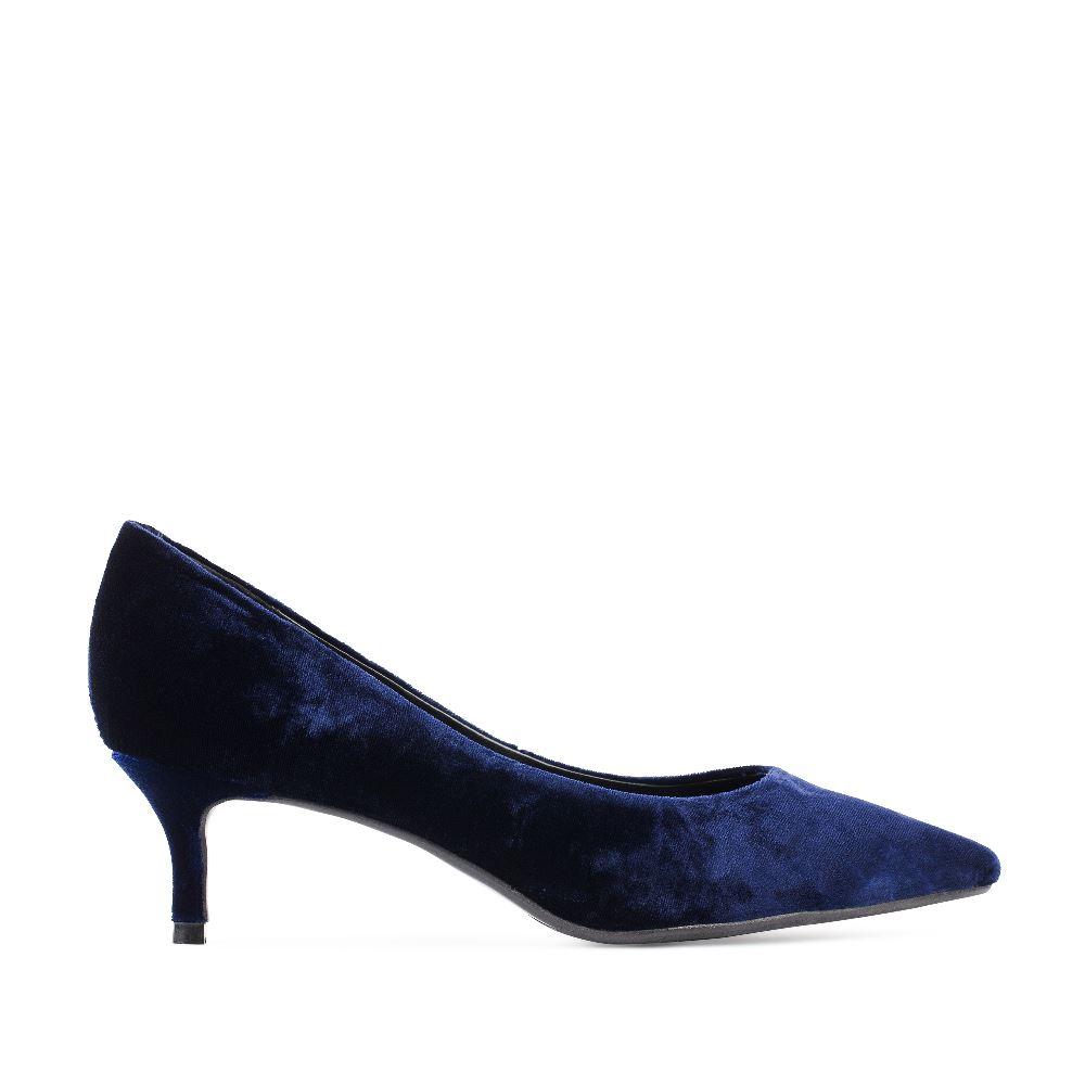 Туфли из бархата синего цвета на низком каблукеТуфли<br><br>Материал верха: Бархат<br>Материал подкладки: Кожа<br>Материал подошвы: Полиуретан<br>Цвет: Синий<br>Высота каблука: 4 см<br>Дизайн: Италия<br>Страна производства: Китай<br><br>Высота каблука: 4 см<br>Материал верха: Бархат<br>Материал подошвы: Полиуретан<br>Материал подкладки: Кожа<br>Цвет: Синий<br>Пол: Женский<br>Размер обуви: 36