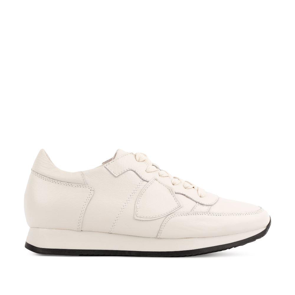 Кроссовки белого цвета из кожи на высокой подошве