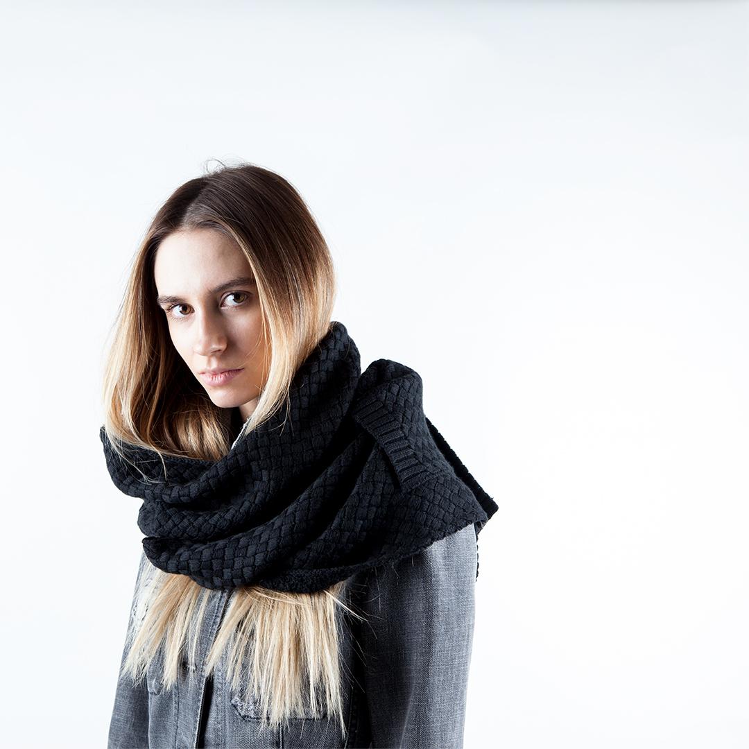 Объемный шарф черного цвета с плетеным узором