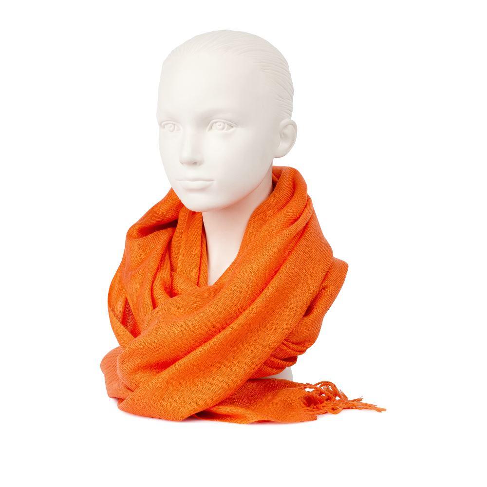 Шарф с бахромой оранжевого цвета