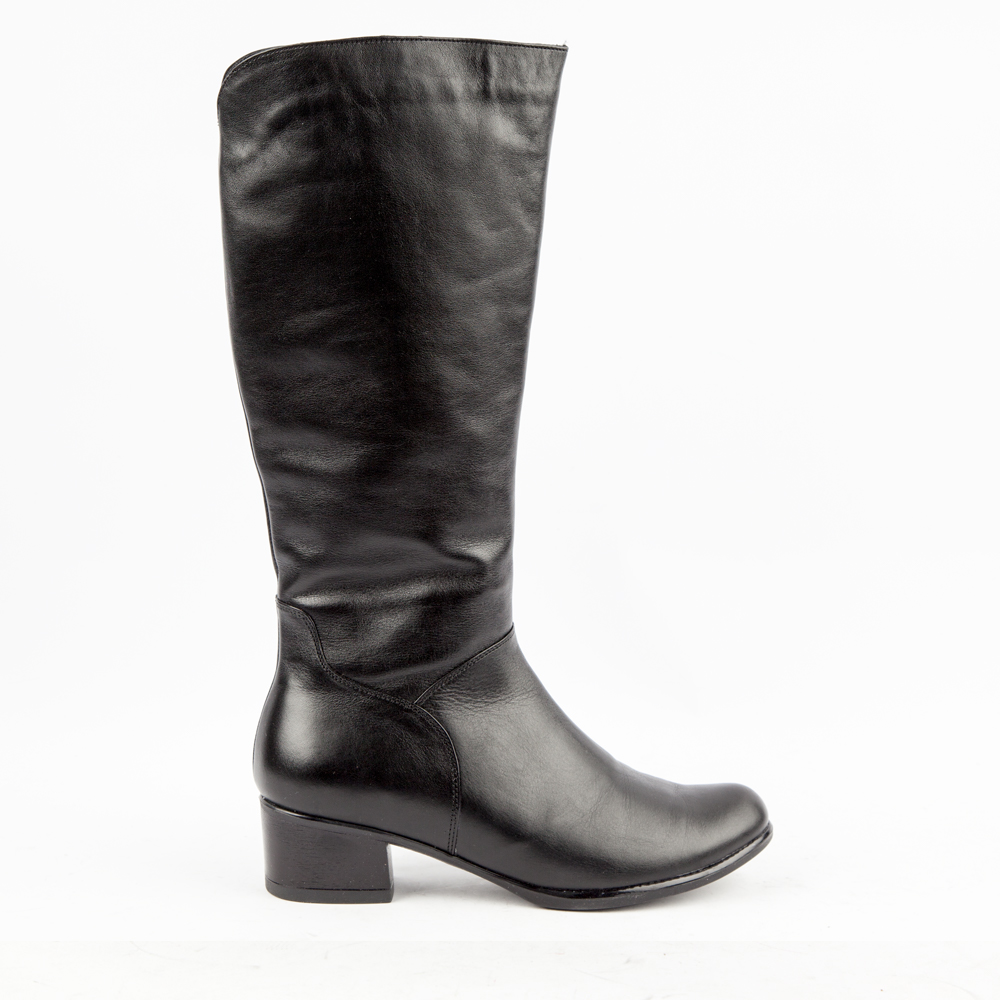 Сапоги из кожи на среднем каблуке черного цветаСапоги<br><br>Материал верха: Кожа<br>Материал подкладки: Евромех<br>Материал подошвы: Кожа<br>Цвет: Черный<br>Высота каблука: 5 см<br>Дизайн: Италия<br>Страна производства: Китай<br><br>Высота каблука: 5 см<br>Материал верха: Кожа<br>Материал подкладки: Евромех<br>Цвет: Черный<br>Пол: Женский<br>Вес кг: 1200.00000000<br>Выберите размер обуви: 40