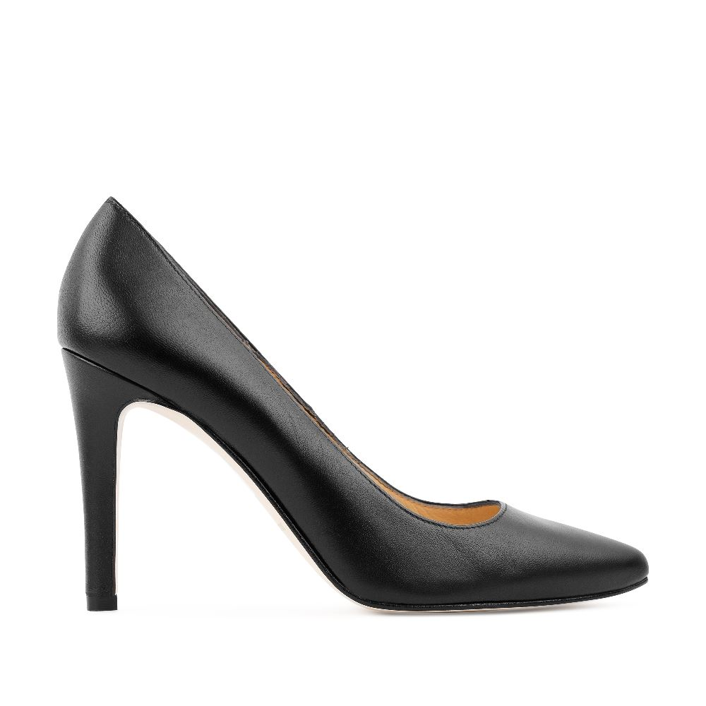 Туфли из кожи на среднем каблуке чёрного цветаТуфли<br><br>Материал верха: Кожа<br>Материал подкладки: Кожа<br>Материал подошвы: Кожа<br>Цвет: Черный<br>Высота каблука: 9 см<br>Дизайн: Италия<br>Страна производства: Испания<br><br>Высота каблука: 9 см<br>Материал верха: Кожа<br>Материал подкладки: Кожа<br>Цвет: Черный<br>Пол: Женский<br>Выберите размер обуви: 37