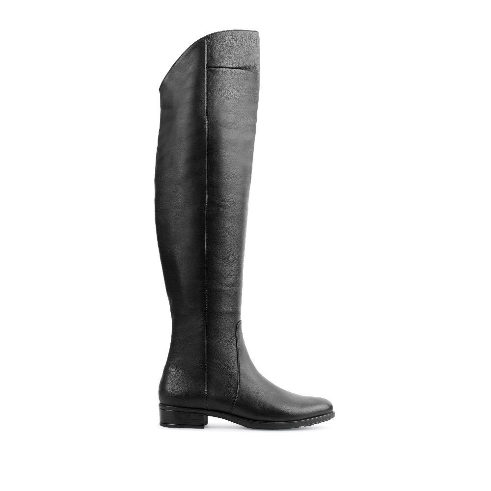 Ботфорты из кожи черного цвета на низком каблуке